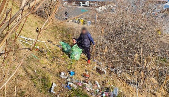 Bărbat obligat de poliţişti să cureţe după ce transformase faleza în ghenă de gunoi - barbatpusdepolitisti-1614974342.jpg