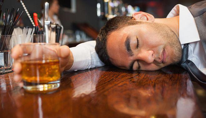Foto: Barmanul sărit din schemă de beţiv