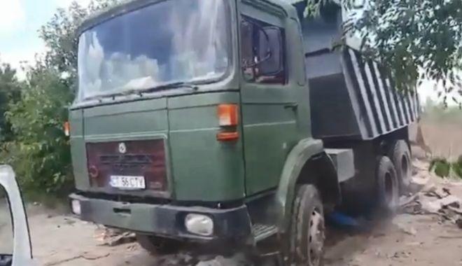 Foto: VIDEO. A vrut să treacă cu basculanta peste maşina Poliţiei Locale