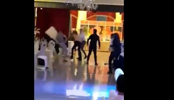 Foto: Bătaie cu scaune în cap în noaptea de Revelion! Scene şocante într-un restaurant - VIDEO