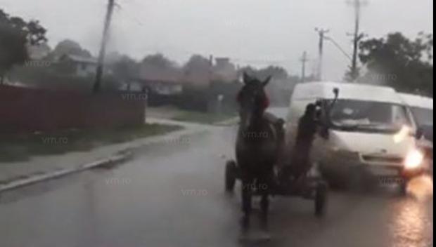 Foto: VIDEO. Scene şocante în trafic, un bărbat a făcut praf o maşină cu bâta