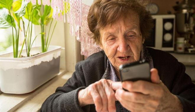 Foto: Bătrână sunată în toiul nopţii pentru a plăti operaţia unei vecine