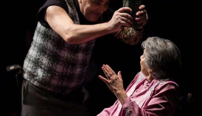 """Foto: """"Bătrâna şi hoţul"""" urcă, din nou, pe scenă"""