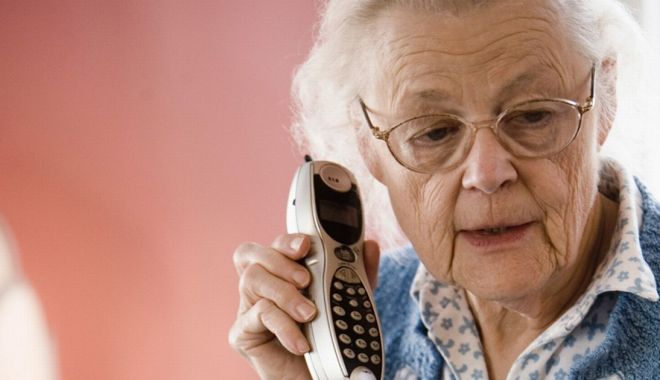 """Foto: Bătrânică din Constanţa, la un pas să fie păcălită! """"Mamă, am avut un accident şi am nevoie de bani!"""""""