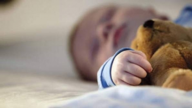 Foto: Un copil de numai un an, dus de urgenţă la spital, după ce a fost opărit la creşă de o îngrijitoare