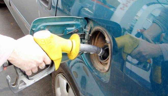 Foto: Benzina a coborât sub pragul de 5 lei pe litru. De unde se poate lua carburant cu 4,97 lei