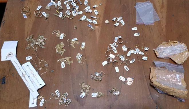 Foto: Peste 200 grame bijuterii din aur, confiscate de poliţiştii de frontieră, la Vama Veche