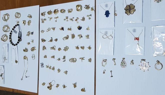 Foto: Bijuterii de aur, fără documente legale, confiscate de polițiștii de frontieră din Vama Veche