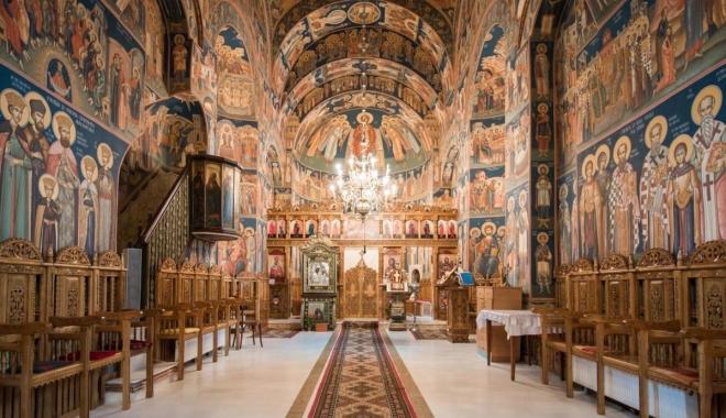 Foto: Se cer bani pentru biserică. E bine că se fac biserici. Dar şcoli, spitale sau parcări?