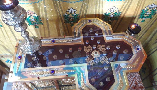 Foto: Se sfințește racla cu moaștele aduse de la Sfântul Munte Athos