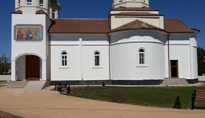 Foto: Sfințire de biserică cu trei ierarhi și sărbătoarea Sf. Cuv. Mc. Efrem cel Nou, la Constanţa