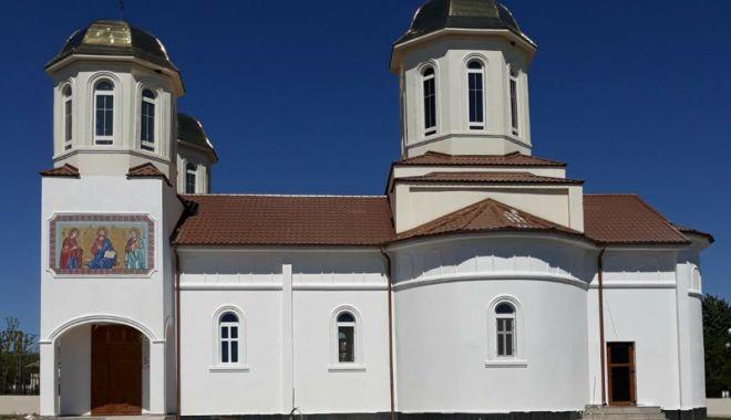 Foto: IPS Teodosie sfințește biserica din comuna Horia
