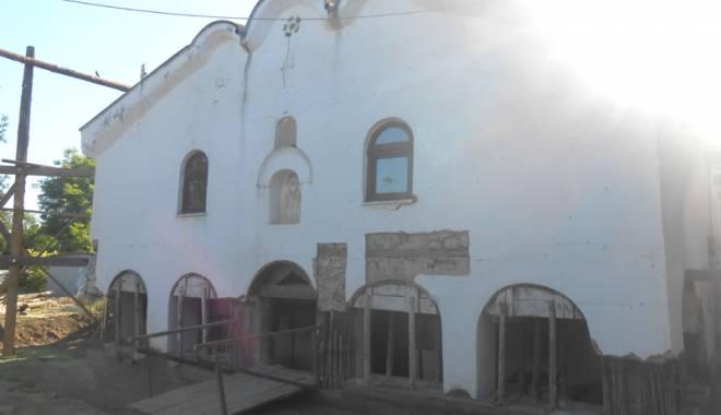 Povestea incredibilă a bisericii îngropate în pământ, fără turle şi clopotniţe - bisericaingropata-1435253767.jpg
