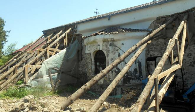 Foto: Povestea incredibilă a bisericii îngropate în pământ, fără turle şi clopotniţe