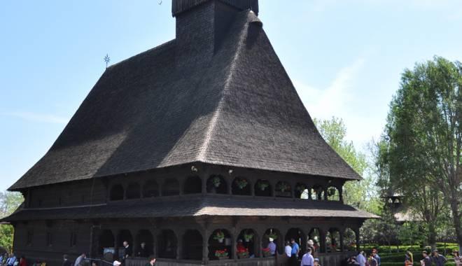 """Foto: Biserica din lemn """"Sf. Mina"""" - pregătiri de sărbătoarea hramului"""