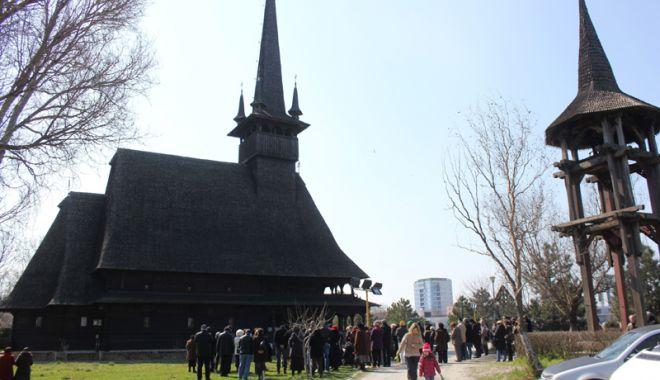 """Foto: Sfânta Liturghie, la biserica """"Sf. Mina"""" din Constanța"""