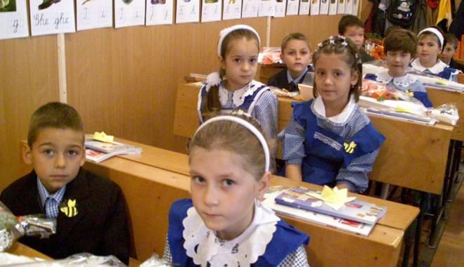 Foto: Noile abecedare nu mai ajung în şcoli. Elevii de clasa I rămân cu vechile manuale