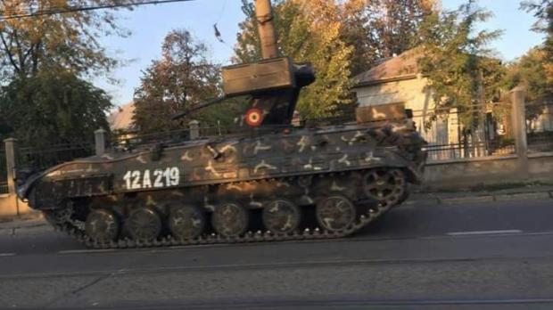 Foto: TANC AL ARMATEI ROMÂNE, ACCIDENT PE STRADĂ. A DĂRÂMAT UN STÂLP!