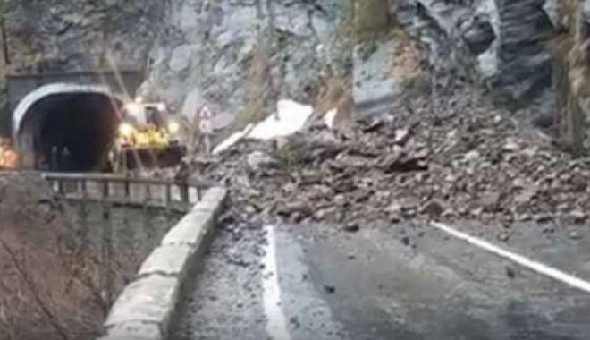 Foto: O stâncă uriaşă s-a prăbuşit pe Transfăgărăşan! Drumul, blocat