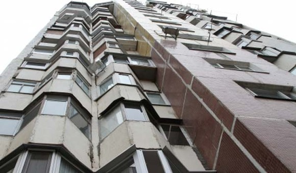 Foto: UPDATE. Femeie agăţată de balcon, la Constanţa. Ameninţă că se sinucide!