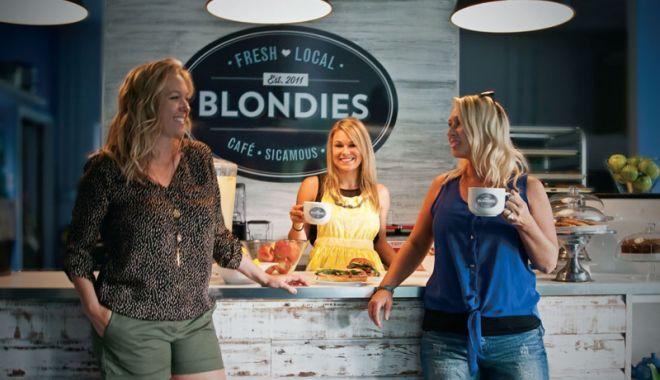 Foto: Blonda şi cafeaua
