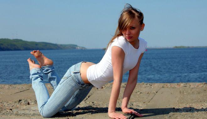 Foto: Blonda vrea camera cu vedere la mare