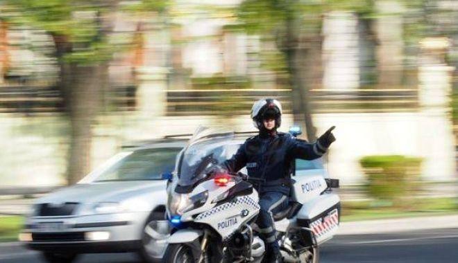 Foto: Poliţist pe motocicletă, accidentat de un şofer neatent