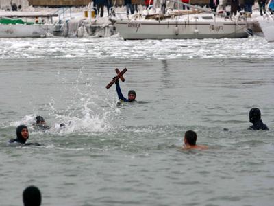 Află cine a recuperat cele trei cruci aruncate în apă de ÎPS Teodosie - boboteaza1-1325850048.jpg