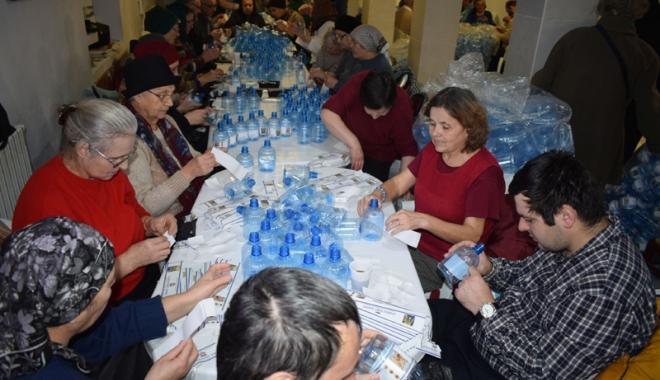 Foto: Credincioşii ortodocşi se pregătesc de Bobotează. 150.000 de sticle, pregătite cu agheasmă