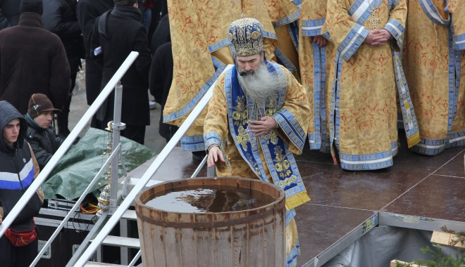 Vezi imagini de la slujba de Bobotează oficiată astăzi la Constanța - boboteaza201217-1325854006.jpg