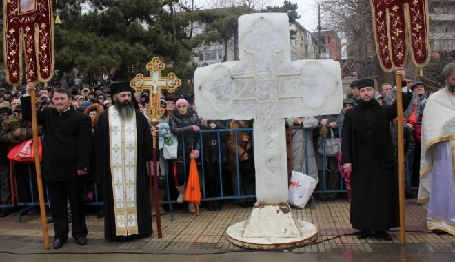 Vezi imagini de la slujba de Bobotează oficiată astăzi la Constanța - boboteaza20128-1325853914.jpg