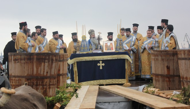 Vezi imagini de la slujba de Bobotează oficiată astăzi la Constanța - boboteaza20129-1325853833.jpg