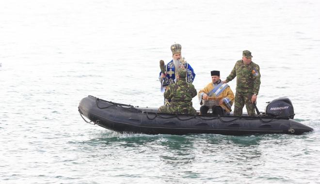 Foto: BOBOTEAZA LA CONSTANŢA. În ciuda viscolului, IPS Teodosie va arunca cele trei cruci în apa mării