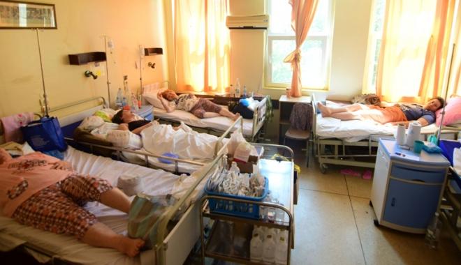 """Foto: Pacienţii internaţi la Judeţean nu mai rezistă: """"Spitalul ne fierbe în suc propriu"""""""