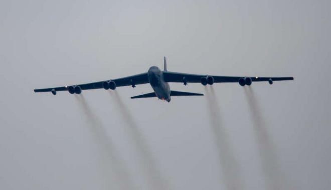 Foto: MApN: Bombardier american, în spaţiul aerian al României