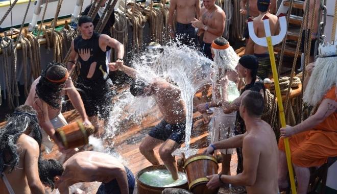 Foto: Zeul Neptun a botezat cadeţii aflaţi la bordul bricului Mircea