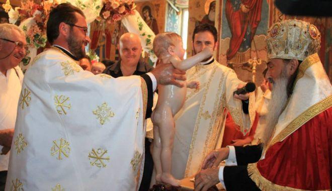 Foto: Patru copii aflaţi în asistenţă maternală, botezaţi la Cumpăna