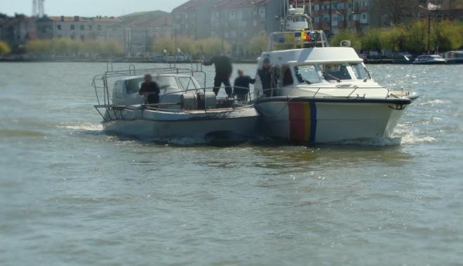 Foto: Ambarcaţiune ucraineană, prinsă de Garda de Coastă în timp ce bracona în Marea Neagră