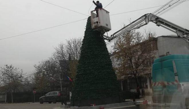 Foto: Monumentul eroilor dintr-o comună a fost transformat în brad de Crăciun
