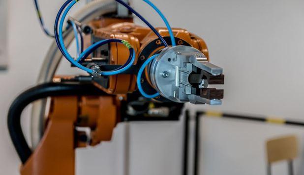 Foto: A fost creat primul braţ robotic care poate fi controlat fără ajutorul unui implant cerebral