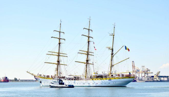 """Foto: Bricul """"Mircea"""", vizitat de italieni, în portul Bari"""