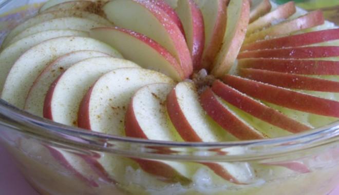 Foto: Budincă de mere cu coacăze