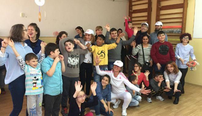 """Foto: Copiii de la centrul """"Delfinul"""" au luat parte  la ateliere de modelaj, dans şi actorie"""
