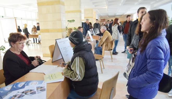 Foto: Ofertă săracă  pentru absolvenţii  de studii superioare,  la Bursa locurilor de muncă