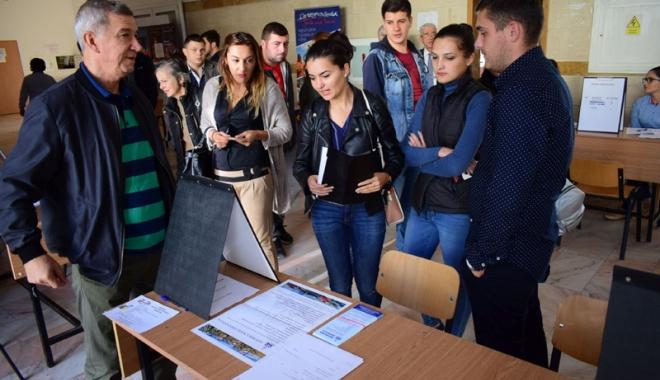 """Foto: Bursa Locurilor de Muncă pentru absolvenţi. """"Mulţi tineri vin, învaţă meserie şi apoi pleacă"""""""