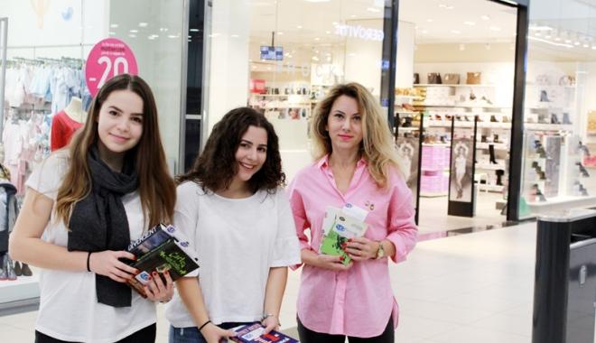 """Foto: Două eleve de la Colegiul """"Mircea"""" au împărțit  300 de cărți constănţenilor"""