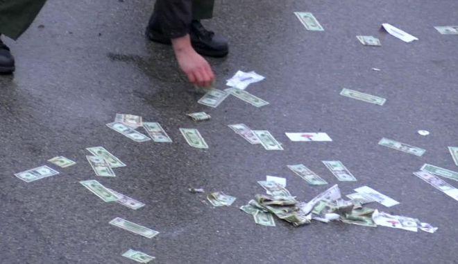 Foto: Autostradă acoperită cu bani! Sute de bancnote au căzut dintr-o mașină