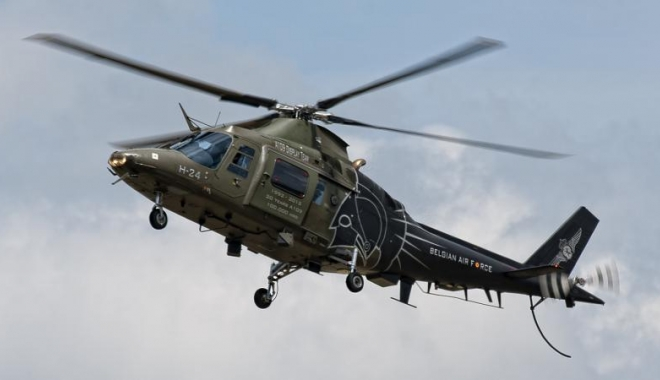 Foto: Un pilot a căzut dintr-un elicopter militar în timpul unei demonstraţii aeriene