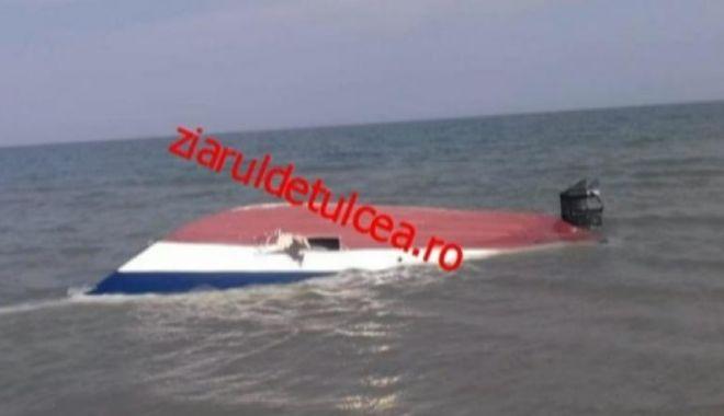 Foto: Descoperire incredibilă pe plajă! Aproape o tonă de cocaină găsită într-o șalupă naufragiată