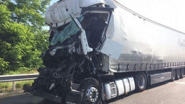 Foto: Un nou accident cu români, pe şoselele Europei. Un şofer de camion a murit, colegul său este grav rănit